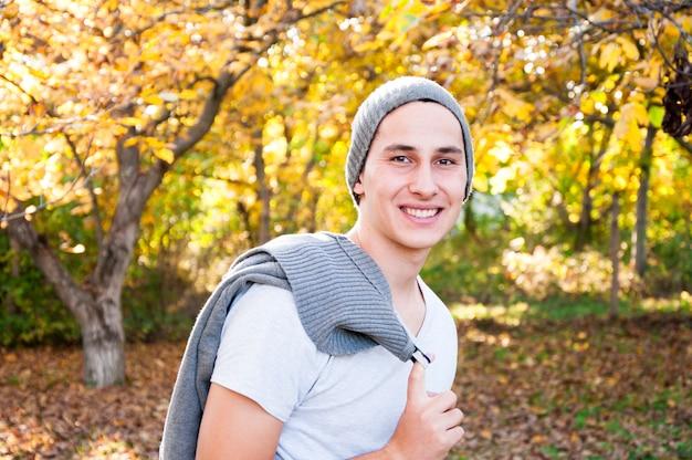 Portrait d'adolescent en automne