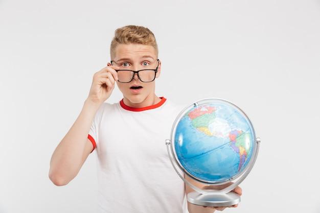Portrait d'un adolescent choqué à lunettes