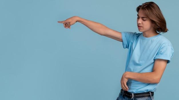 Portrait d'un adolescent cool en bleu