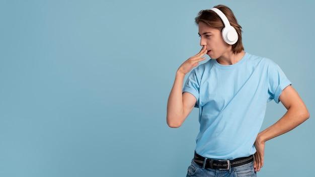 Portrait d'un adolescent cool écoutant de la musique