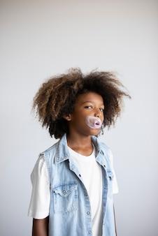 Portrait d'un adolescent cool soufflant des bulles