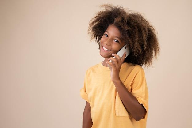 Portrait d'un adolescent cool utilisant un smartphone