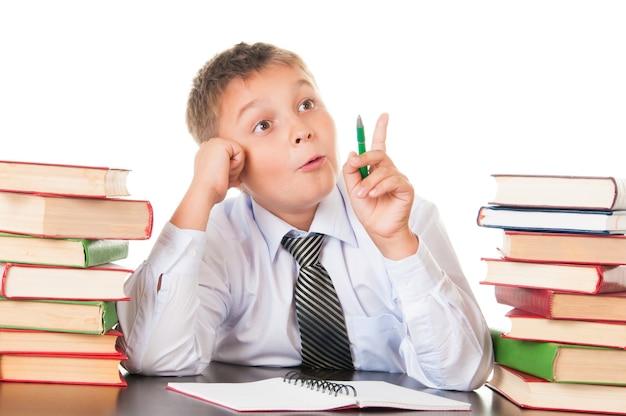 Portrait d'un adolescent à l'école. inventé, est venu l'inspiration. belle adolescente drôle isolée sur fond blanc.