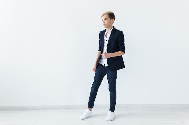 Portrait d'adolescent sur fond blanc