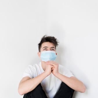 Portrait, adolescent, garçon, prier