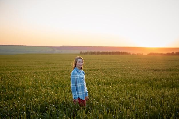 Portrait, adolescent, girl, champ, coucher soleil