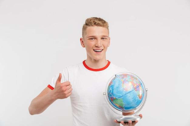Portrait d'un adolescent heureux holding globe