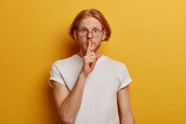 Portrait d'adolescent mystérieux a une coiffure bob, barbe au gingembre