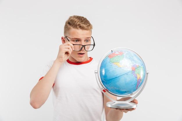 Portrait d'un adolescent songeur à lunettes
