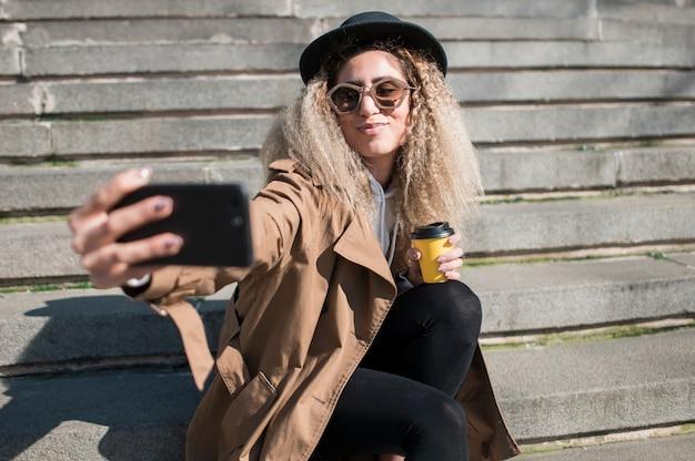 Portrait d'un adolescent urbain prenant un selfie