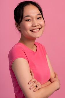 Portrait d'une adolescente asiatique souriante