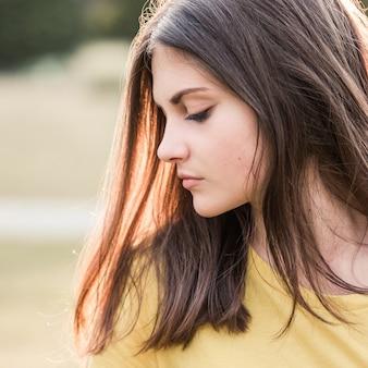 Portrait d'une adolescente aux cheveux longs
