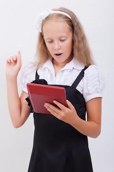 Portrait d'une adolescente avec calculatrice sur fond blanc