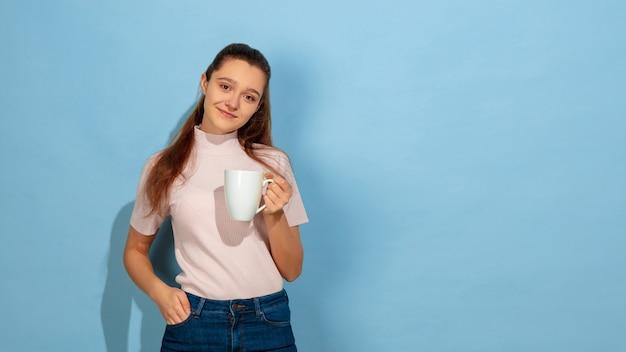 Portrait d'adolescente caucasienne isolé sur bleu