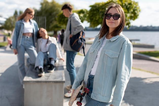 Portrait d'une adolescente à côté de ses amis