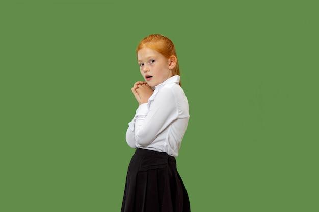 Portrait de l'adolescente effrayée sur vert