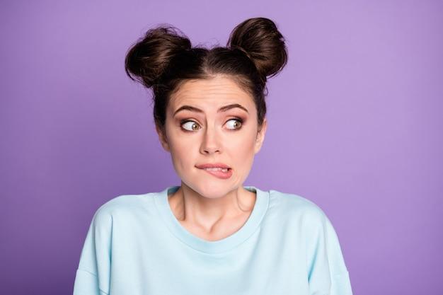 Portrait d'une adolescente frustrée de peur qui regarde le fond entendre une terrible épidémie de coronavirus nouveauté mordre les lèvres les dents portent un pull à la mode élégant isolé sur fond de couleur violet