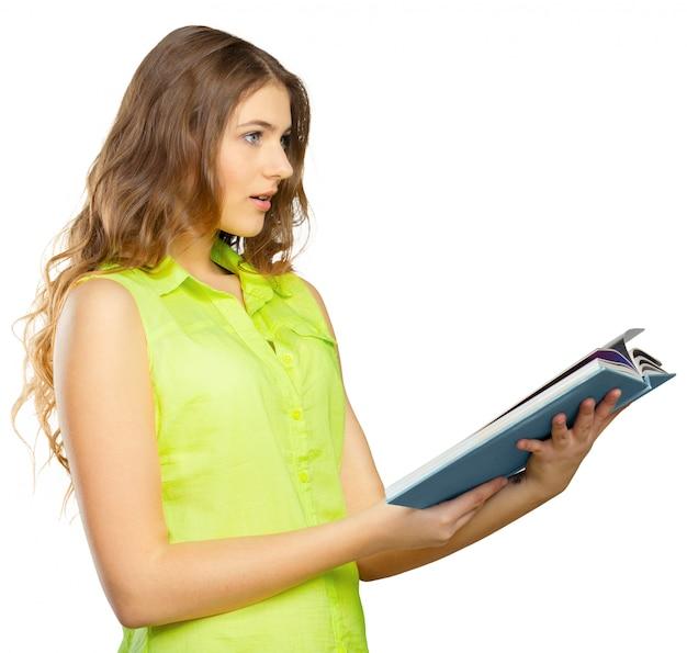 Portrait d'une adolescente joyeuse avec un livre
