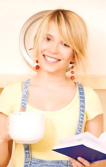 Portrait d'adolescente avec livre et mug