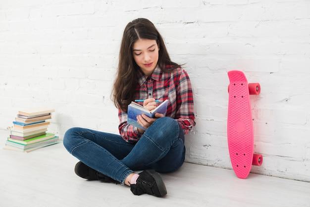 Portrait d'adolescente avec livre