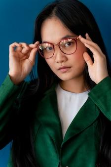 Portrait d'une adolescente portant des lunettes