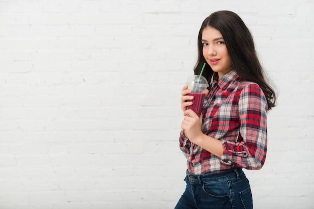 Portrait d'adolescente avec smoothie