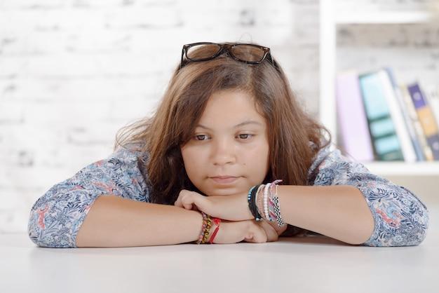 Portrait d'une adolescente sur son bureau