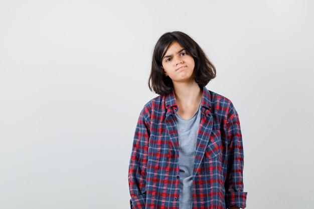 Portrait d'une adolescente en vêtements décontractés et à la vue de face lamentable