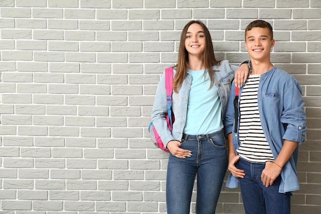 Portrait d'adolescents sur brique