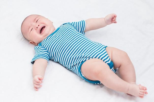 Portrait adorable bébé qui pleure
