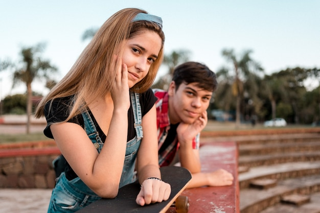 Portrait d'un adorable couple d'adolescents dans un parc urbain.