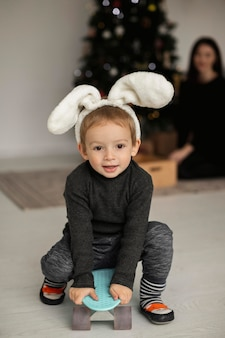 Portrait d'adorable jeune garçon jouant