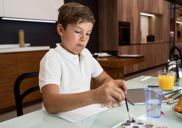 Portrait d'adorable jeune garçon peinture