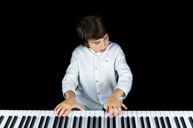 Portrait d'adorable jeune garçon vêtu d'une élégante chemise blanche.