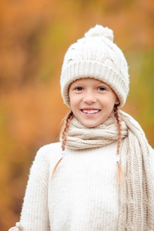 Portrait de l'adorable petit enfant avec des feuilles jaunes en automne. temps de l'automne