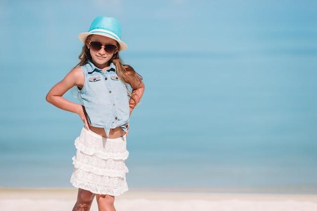 Portrait de l'adorable petite fille à la plage pendant les vacances d'été