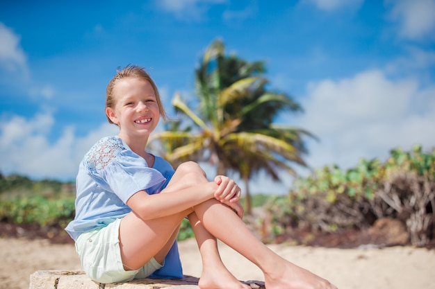 Portrait de l'adorable petite fille à la plage sur ses vacances d'été