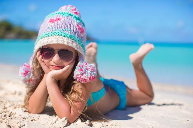 Portrait de l'adorable petite fille en vacances d'été à la plage blanche