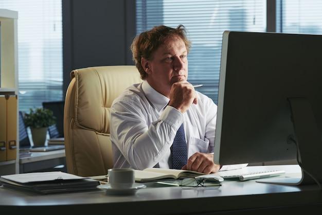 Portrait, affaires, occupé, lecture, rapport financier
