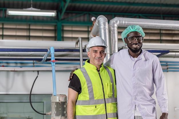 Portrait african black and american mix race worker comme travail d'usine heureux de travailler ensemble sourire debout