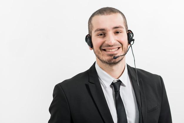 Portrait d'un agent de centre d'appel masculin