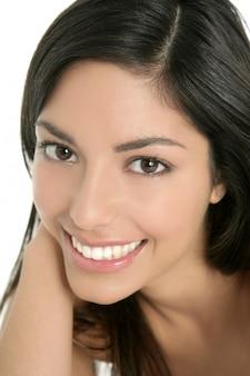 Portrait agrandi belle femme indienne brune
