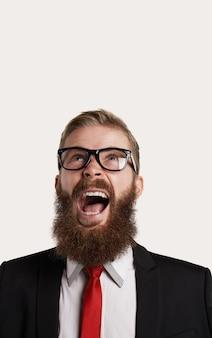 Portrait agressif de personne barbe