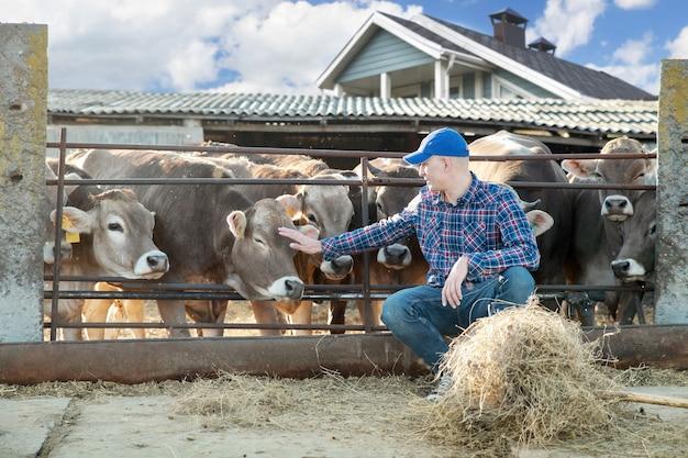 Portrait d'agriculteur avec du bétail