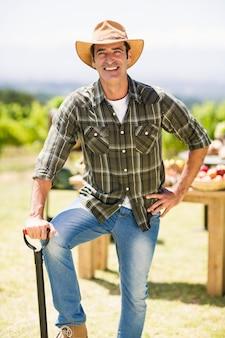 Portrait d'agriculteur avec pelle
