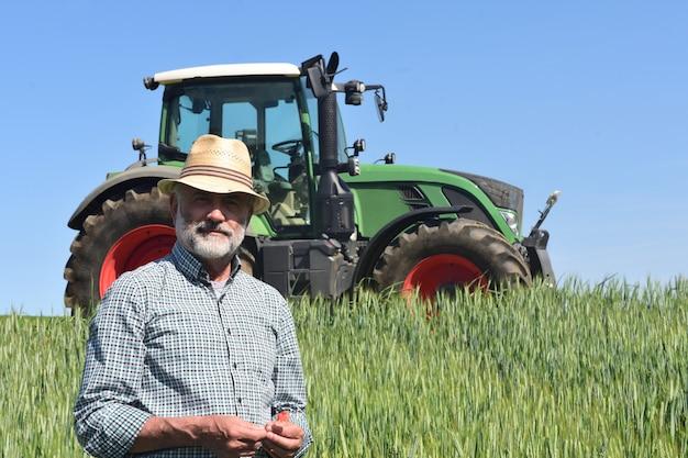 Portrait d'un agriculteur sur le terrain
