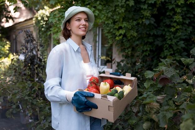 Portrait d'agricultrice travaillant dans sa serre