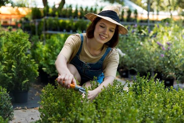 Portrait d'une agricultrice travaillant seule dans sa serre
