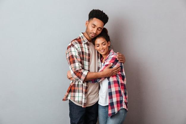 Portrait, aimer, jeune, africaine, couple, étreindre