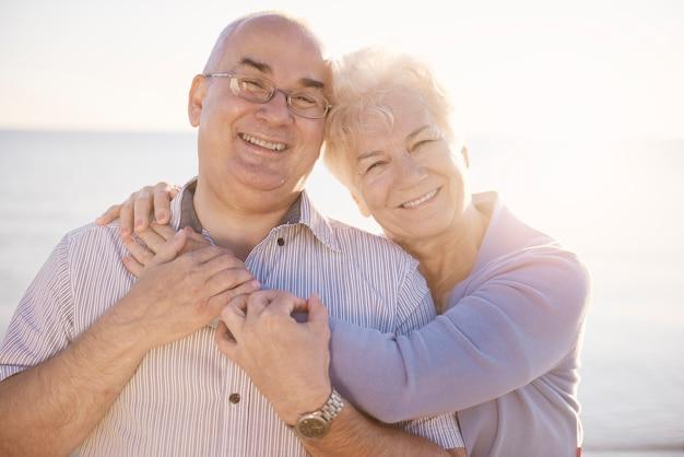 Portrait d'aînés amoureux sur la plage